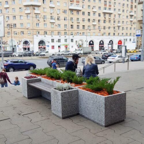 Уличные скамейки и вазоны