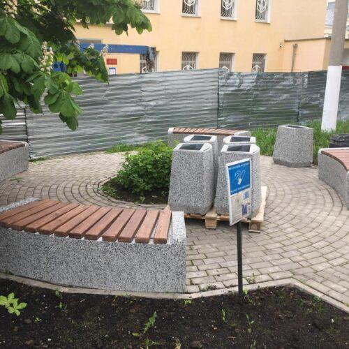 Радиусные скамейки из бетона в парке Москвы